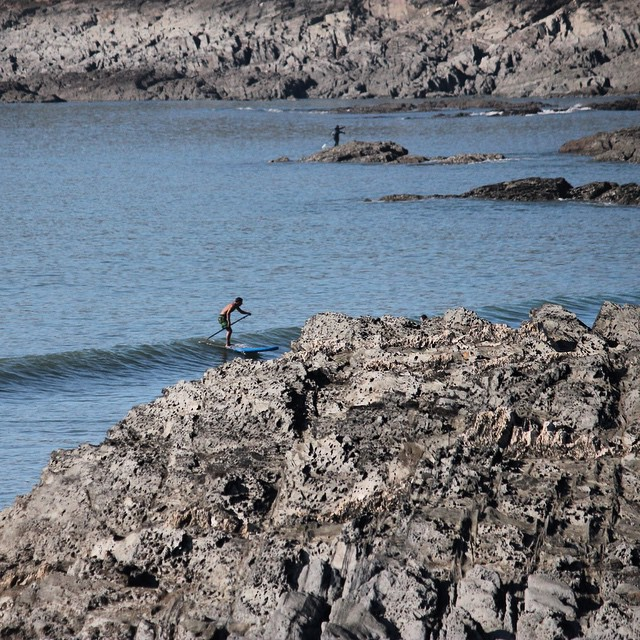 Cheeky one behind the headland. #woolacombe #devon #sup #standuppaddle #surfing Photo by: @essexrambler